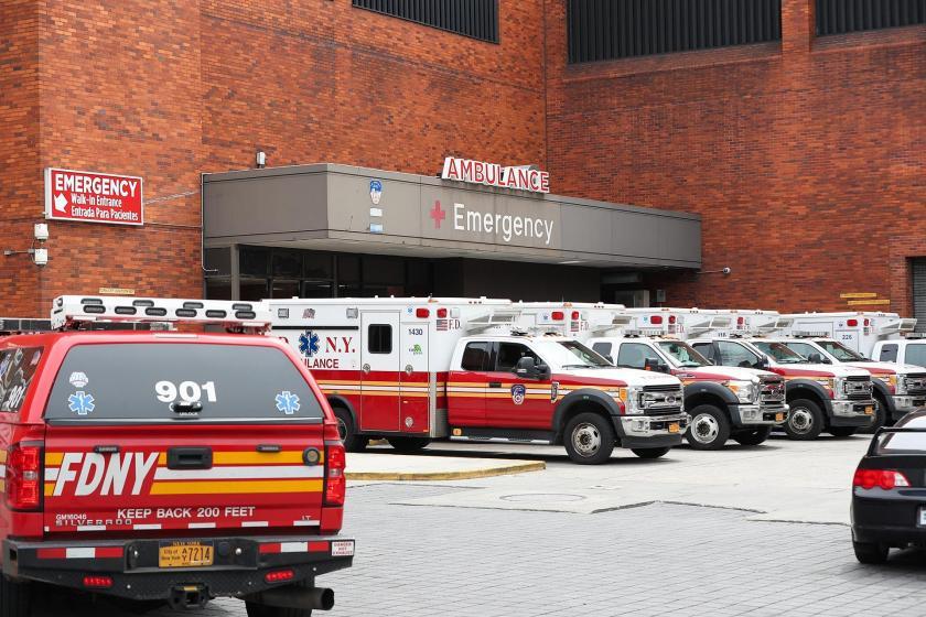 Acil servis önünde çok sayıda ambulans.