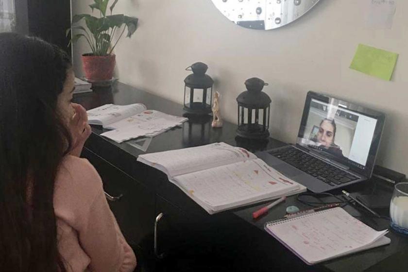 Uzaktan eğitim alan bir kız çocuğu (solda) ve çalışma masası (sağda)