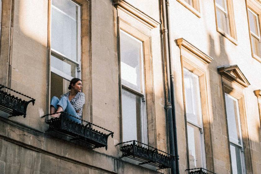Balkonda oturan bir kadın