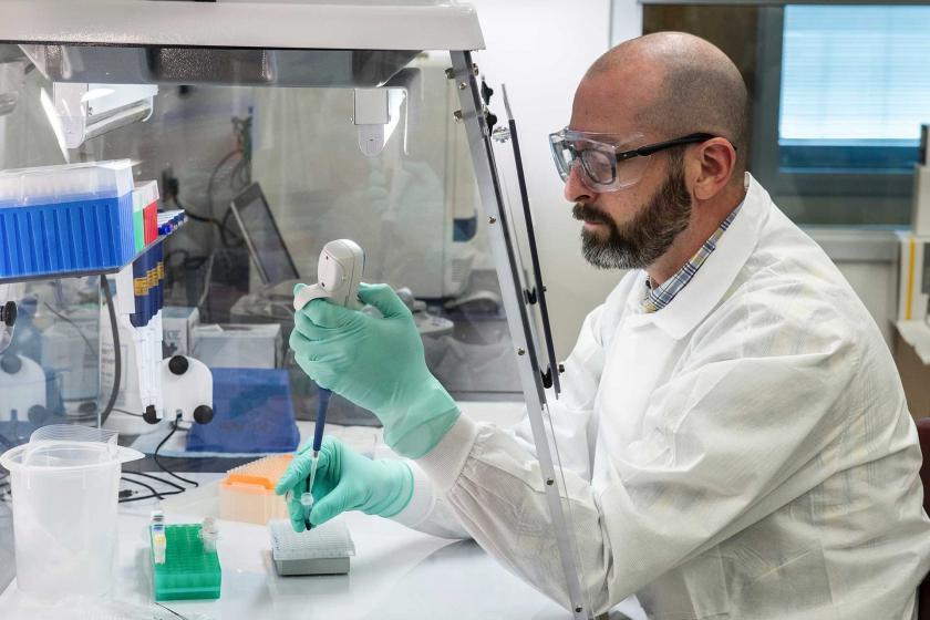 Test yapan bir laborant