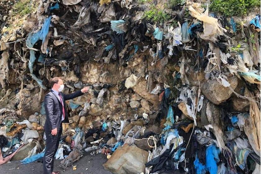 Deniz Yavuzyılmaz çöp yığınını gösterirken