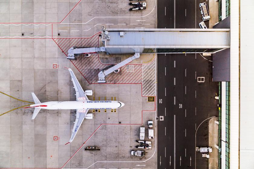 İstanbul Havalimanı dışından, uçakların yanaştığı bölgeden drone ile kaydedilmiş bir görünüm.