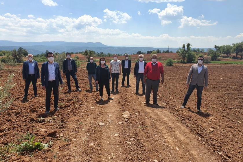 CHP Milletvekili Gülizar Biçer Karaca, ve CHP heyeti termik santralin yapılacağı yerde açıklama yaparken