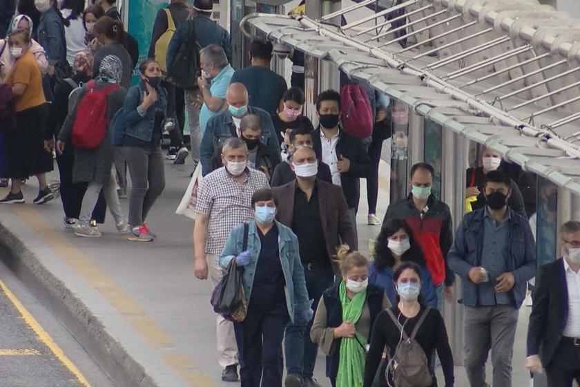 Metrobüs durağında insanlar