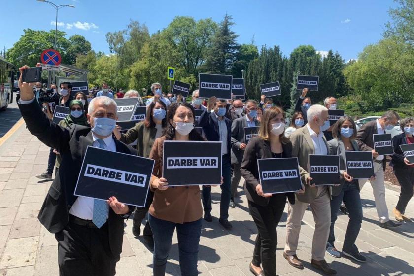 HDP grubu, 3 ismin milletvekilliğinin düşürülmesini Ankara'da protesto etti.