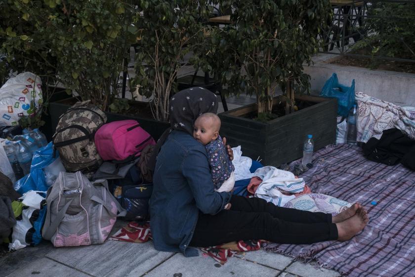 Mülteci bir kadın ve kucağında bebeği
