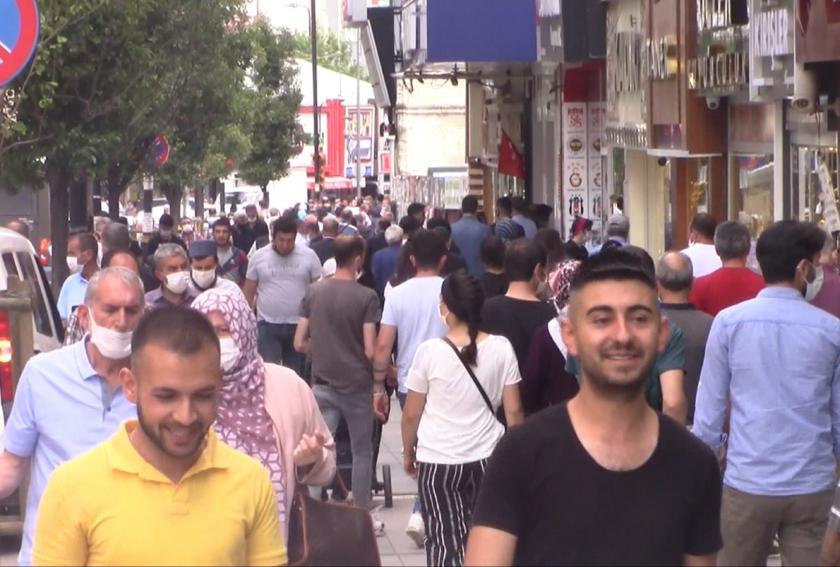 sokakta yürüyen insanlar