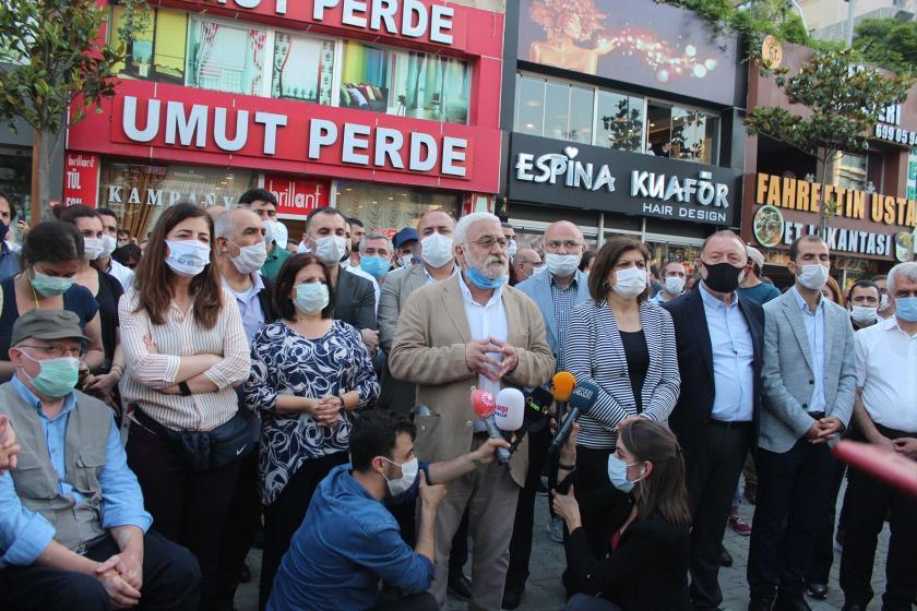 HDP Sözcüsü Saruhan Oluç ve çok sayıda HDP'li açıklama yapıyor.