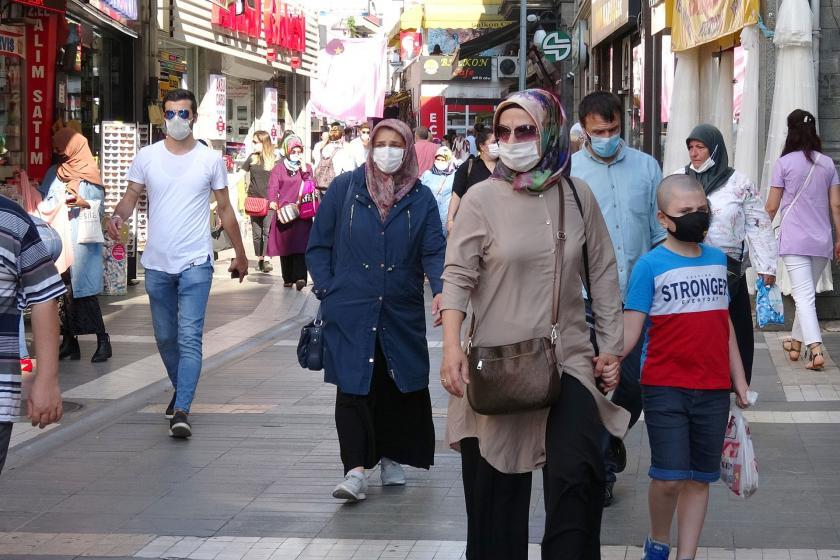 Sokakta maske ile yürüyenler