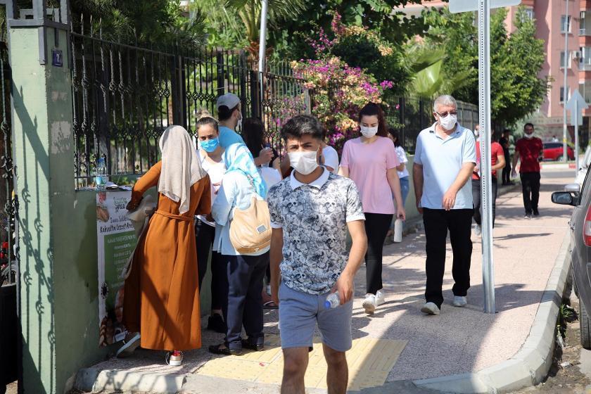YKS için okul önüne gelen öğrenciler