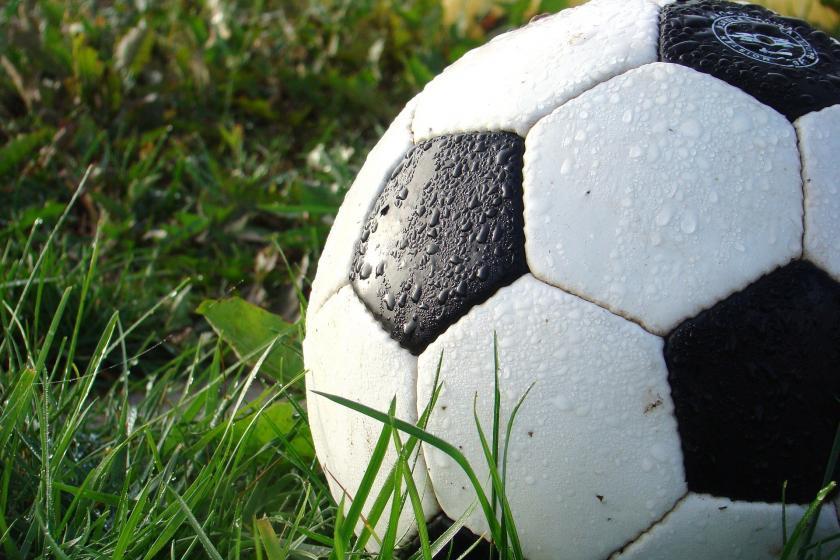 Çimlerin üzerinde duran futbol topu.