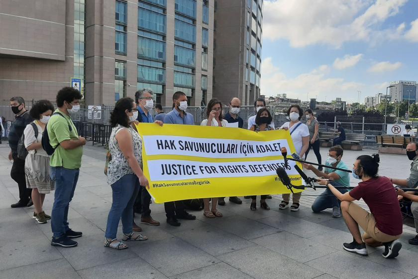 Hak Savunucuları için adalet pankartı ile adliye önünde açıklama yapılıyor