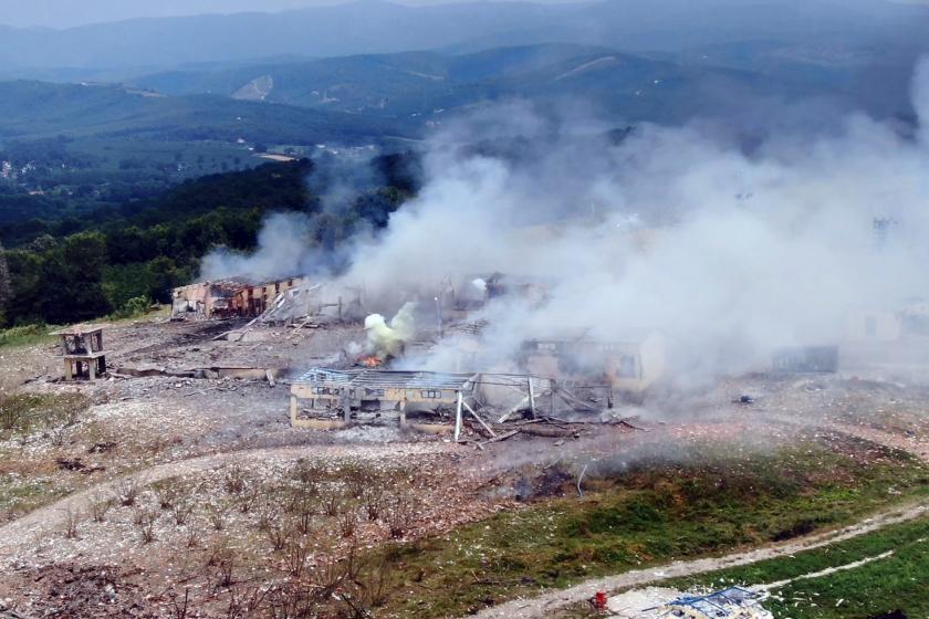Sakarya'da fabrikadaki patlamanın ardından dumanlar gökyüzüne yükseliyor