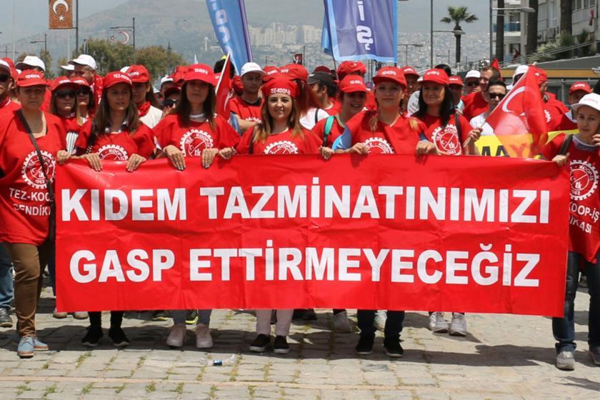 Kadın işçiler kıdem tazminatımızı gasp ettirmeyeceğiz yazılı pankartı arkasında yürüyor