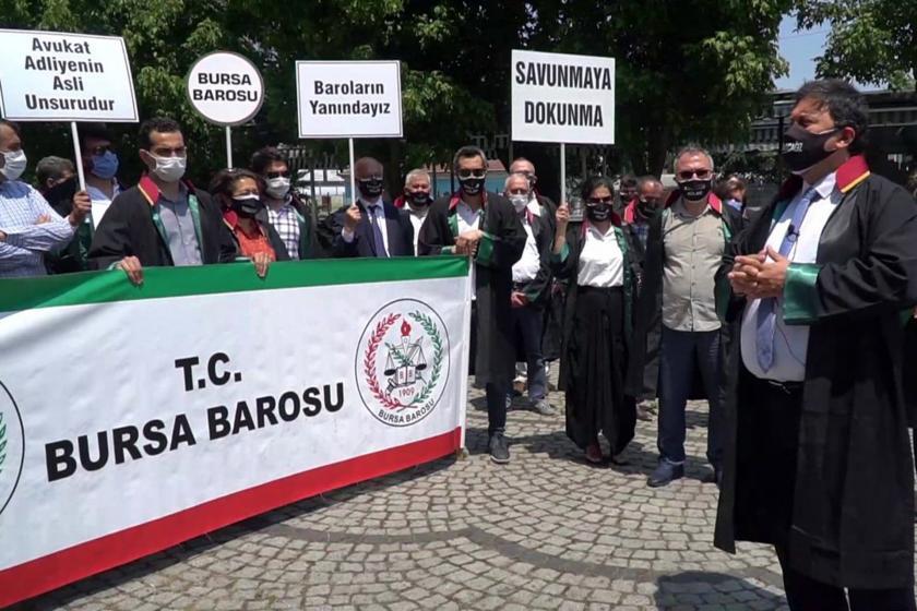 Bursa Barosu Başkanı gürkan Altun oturma eyleminde açıklama yapıyor