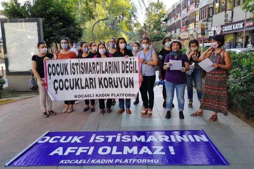 TCK 103 Çocuk Cinsel İstismarına Karşı Kadın Platformunun çağrısıyla İzmit'te yan yana gelen kadınlar,