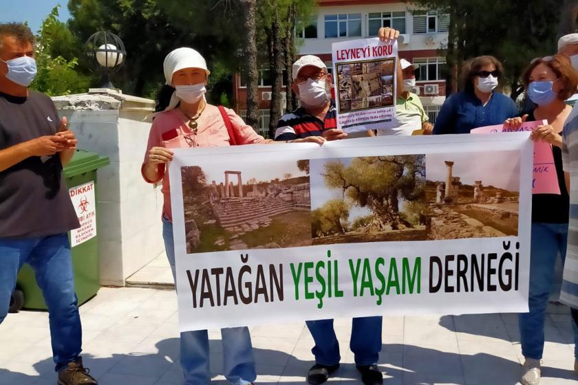 Yatağan Yeşil Yaşam Derneği zeytinlik alana termik santral için kömür ocağı açılmasına karşı adliye önünde açıklama yaparken