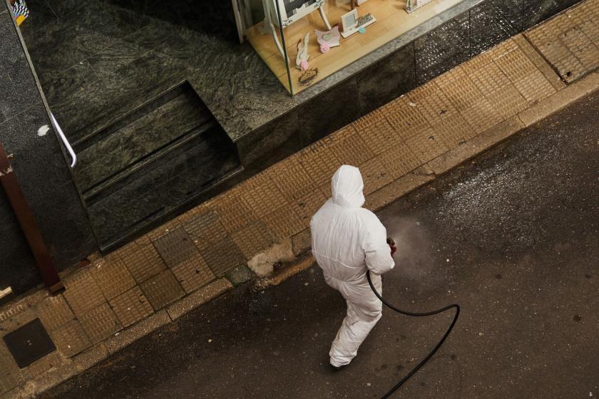 İspanya'da sokakları dezenfekte eden bir çalışan