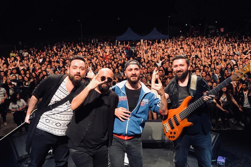 Ümit Olgun ve Paryalar'ın bir konserinden seyirci ile selfie pozu.