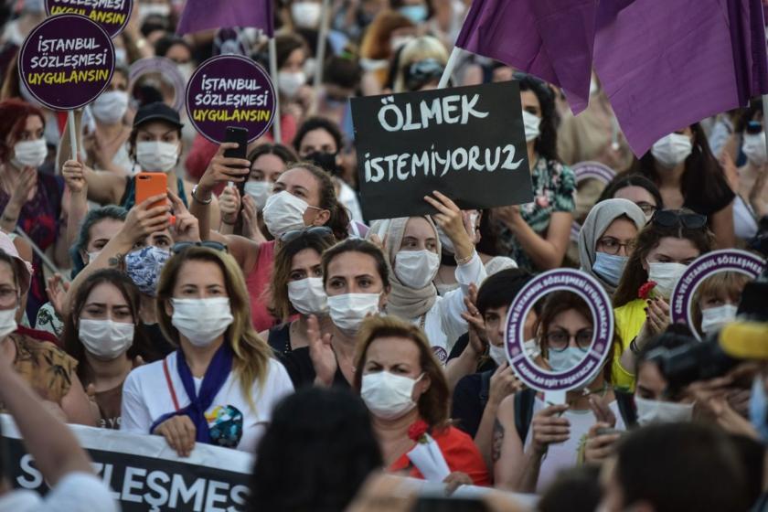 Kadın eylemi, elinde ölmek istemiyoruz dövizi tutan bir kadın, İstanbul Sözleşmesi uygulansın dövizleri