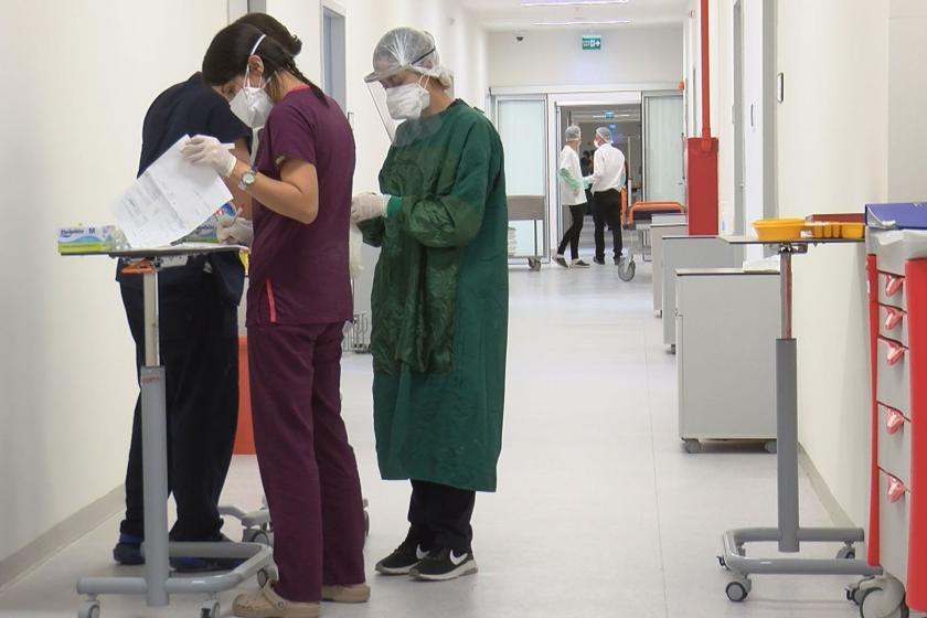 Sağlık çalışanları ayakta