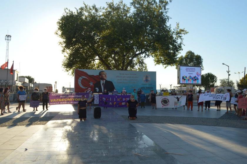 Dikili Kadın Platformu İstanbul Sözleşmesine dönük saldırılara karşı Dikili Atatürk Meydanında basın açıklaması yaptı