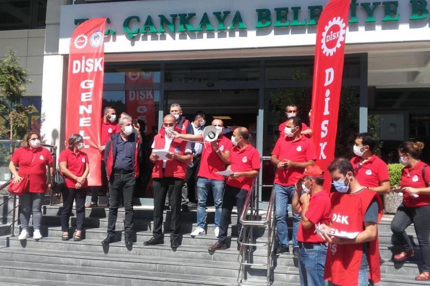Çankaya Belediyesi önünde açıklama yapan Genel-İş üyesi belediye işçileri