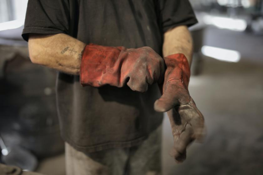 ellerinde kirli eldiven olan adam