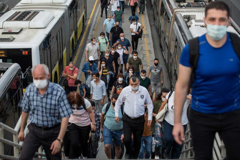 Kovid-19 salgını sürecinde İstanbul'daki bir metrobüs durağı