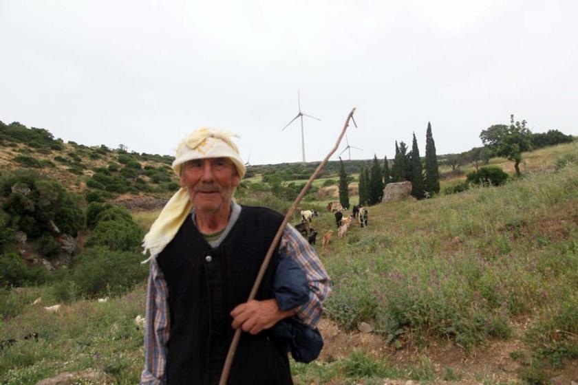 Rüzgâr türbini ve köylü