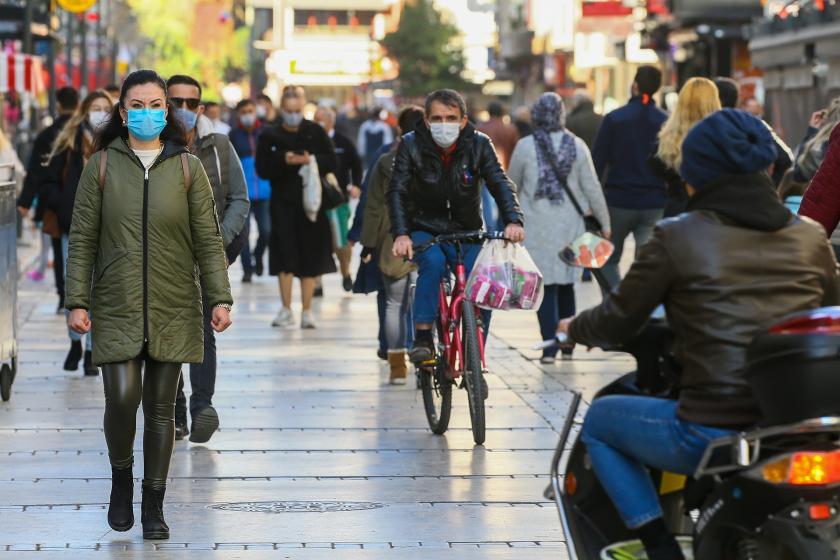 Koronavirüs (Kovid-19) salgınına dair alınan tedbirler neticesinde İzmir'de sokakta cerrahi maske ile yürüyen insanlar.