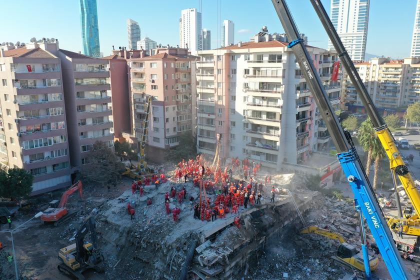 İzmir Depreminde yıkılan bina