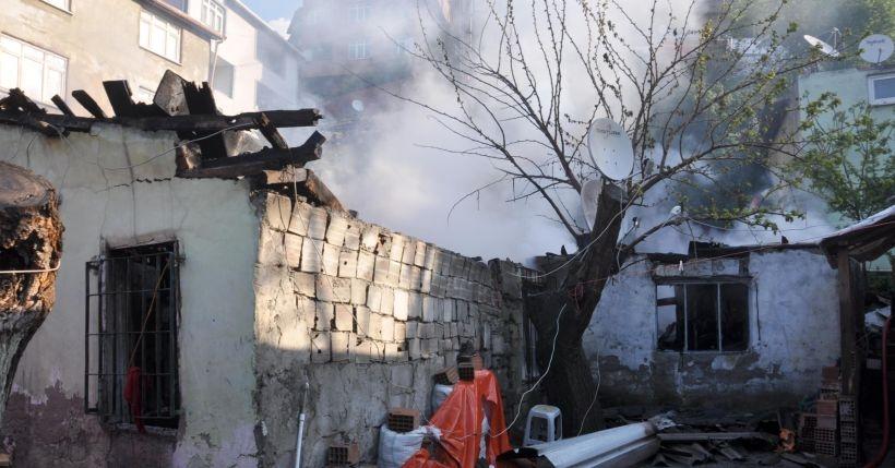 Sarıyer'de üç gecekondu yandı