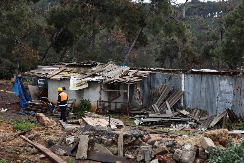 Heybeliada'da bulunan ahırların yıkımdan önceki halini gösteren bir fotoğraf.