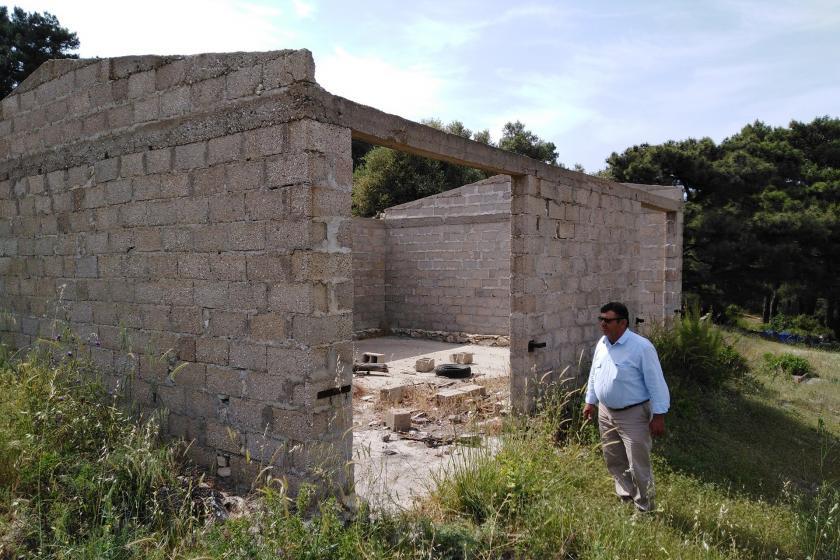 Adnan Erdoğan asbestli deponun önünde