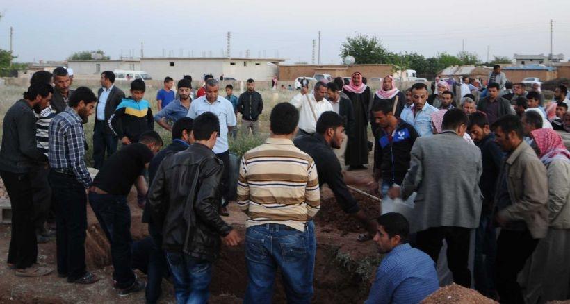 Kazada ölen tarım işçisi çift ile 3 aylık bebekleri yan yana toprağa verildi