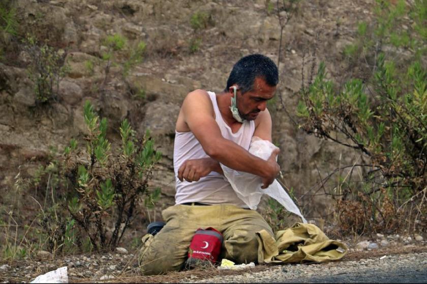 Manavgat'taki yangına müdahalede çalışan orman işçisi yarasını sarıp işine devam  etti - Evrensel