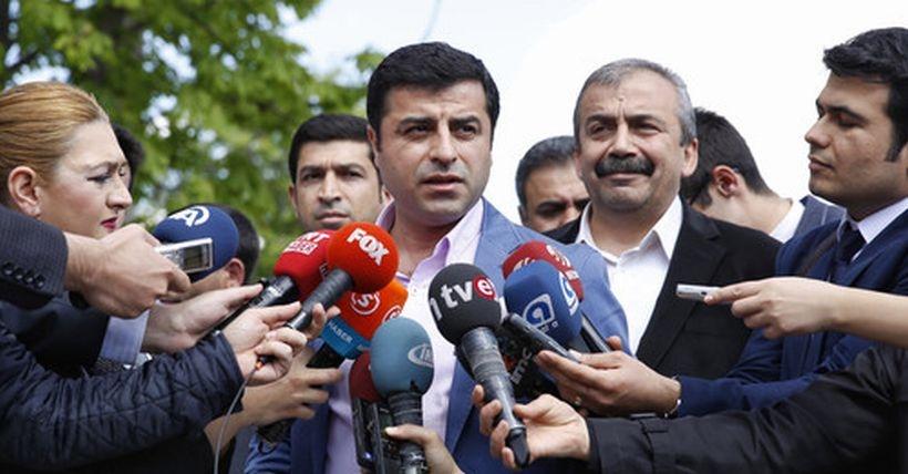 Demirtaş'tan Akdoğan'a: Kendisi de az konuşsa daha süper olur