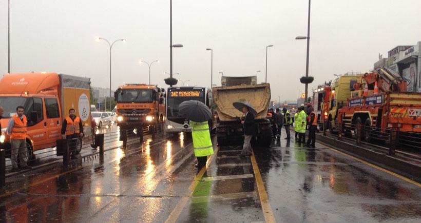 Metrobüs yoluna giren kamyon trafiği felç etti