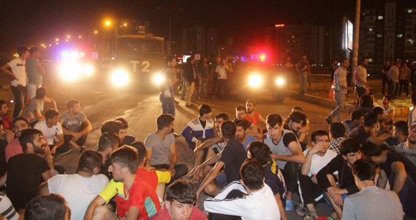 Suları akmayan yurt öğrencileri yol kapattı