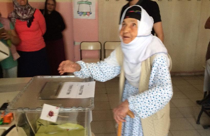 Mardin'de 115 yaşındaki nine, hasta yatağından kalkıp oy kullandı