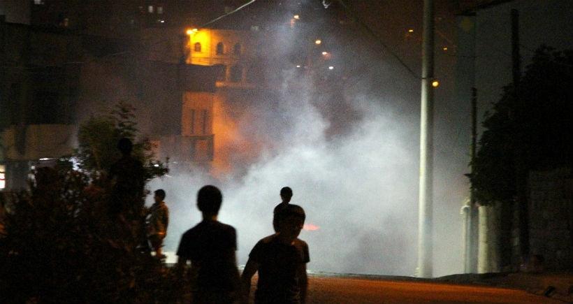 Sınırdaki hendekleri protesto eden gençlere polis saldırısı