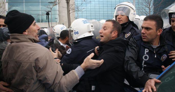 Belediye önünde halka saldırdılar