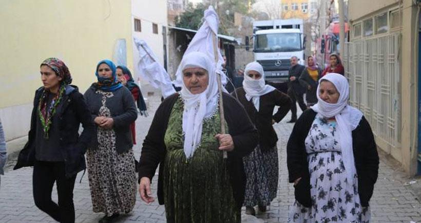 Cizre'de yaralıların olduğu üçüncü bodruma ulaşmaya çalışan annelere engel