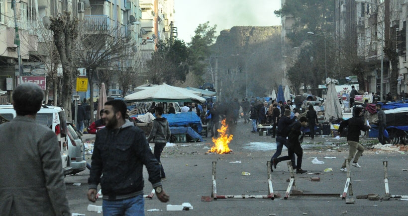 Diyarbakır'da Sur yürüyüşüne polis saldırdı, kentte çatışmalar sürüyor