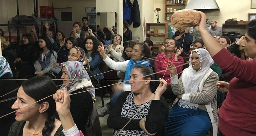 İzmir'in ilçelerinde yüzlerce kadın 8 mart etkinliklerinde buluştu