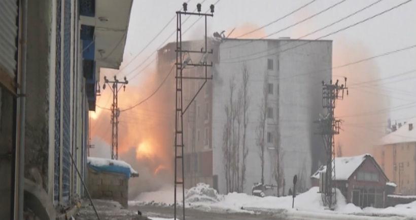 Yüksekova'da çatışmalar ve şiddetli patlamalar yaşanıyor
