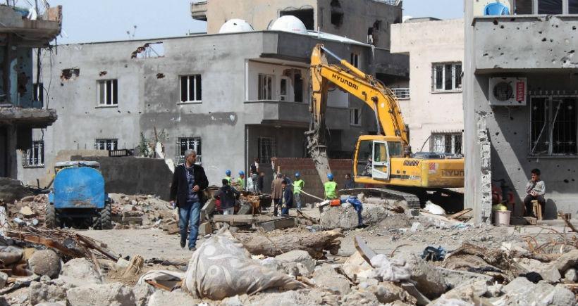 Cizre'de tepkilere rağmen devlet, mahallelerdeki binaları yıkıyor