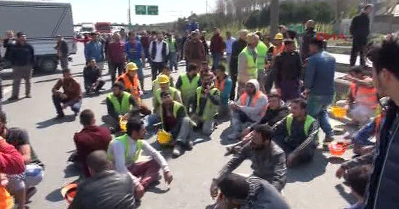 İnşaat işçileri, iş cinayetinde yaşamını yitiren arkadaşları için yolu trafiğe kapattı