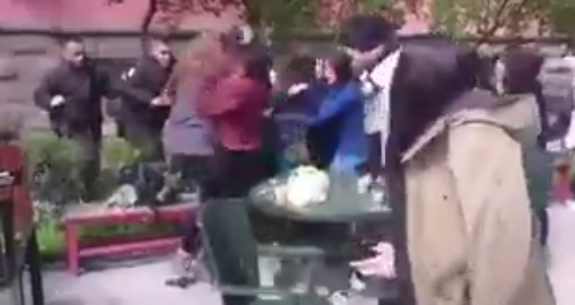 DTCF'de kadınlar, eski sevgilisini tehdit ettiği belirtilen bir erkeği dövdü